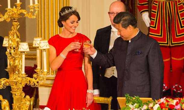 La Duquesa de Cambridge viste de rojo y diamantes su primera cena de Estado