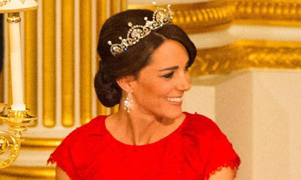 La historia de la tiara favorita de la Duquesa de Cambridge y de sus otras impresionantes joyas