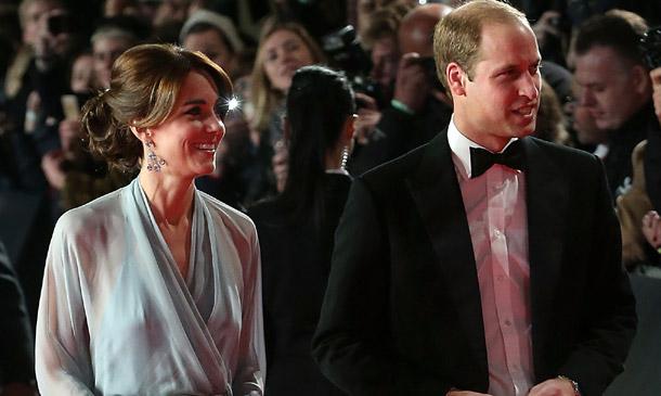 Los Duques de Cambridge y el príncipe Harry acuden a su cita con James Bond, el agente 'al servicio de Su Majestad'