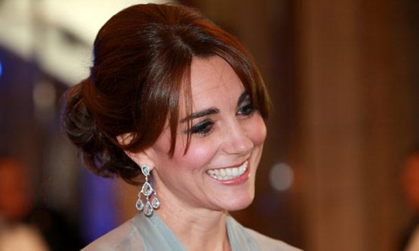 La Duquesa de Cambridge toma prestados de Carole Middleton los pendientes que se estilan en Palacio