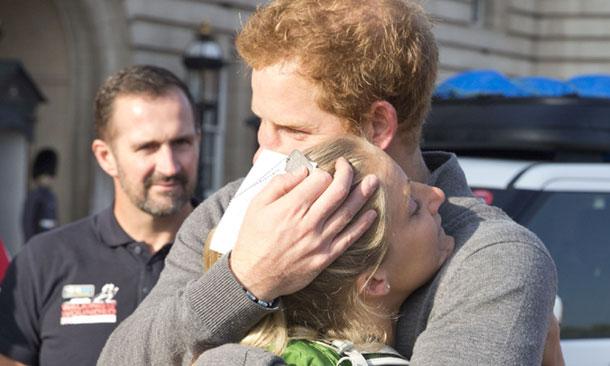 La emoción supera al príncipe Harry durante su encuentro con una soldado