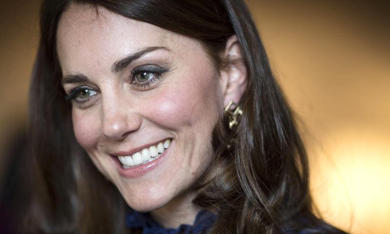 La Duquesa de Cambridge hace un guiño a su próximo país anfitrión con un vestido de las mil y una noches