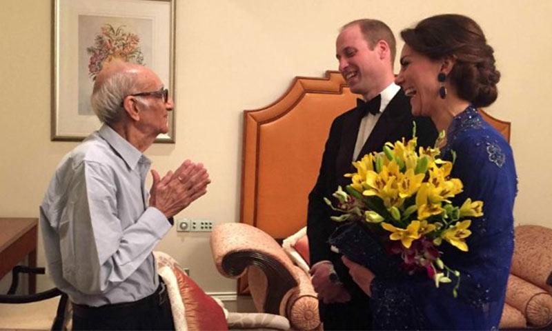 Los Duques de Cambridge se encuentran finalmente con su 'mayor' admirador en la India... ¡y tiene 93 años!