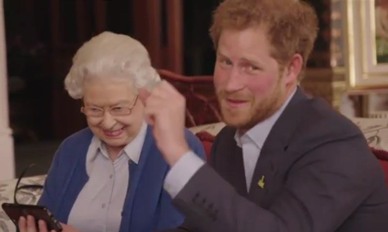 El divertido vídeo en el que el príncipe Harry y la reina Isabel II aceptan el reto de los Obama
