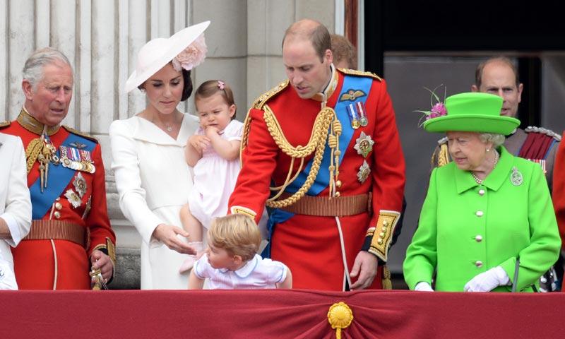 Guillermo de Inglaterra se gana una 'regañina de abuela' en el 'Trooping the colour', y nosotros no podemos parar de reír