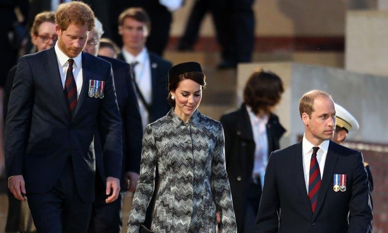 Los Duques de Cambridge y el príncipe Harry conmemoran en Francia 'el día más triste de Reino Unido'