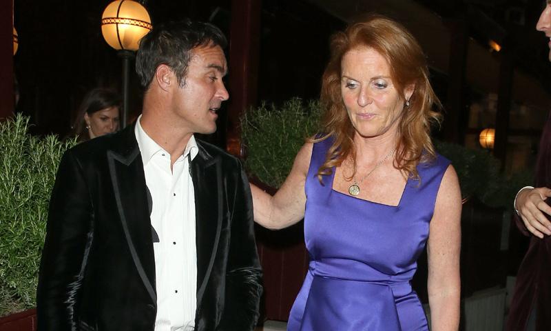 Sarah Ferguson disfruta de la noche de Londres en la buena compañía de sus hijas y su buen amigo Manuel Fernández