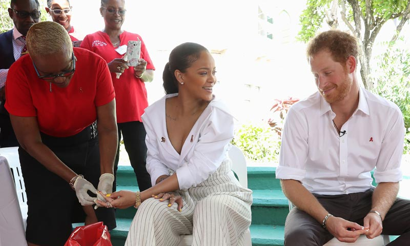 Harry de Inglaterra y Rihanna comparten bromas, abrazos y hasta una prueba de VIH en vivo y en directo en Barbados