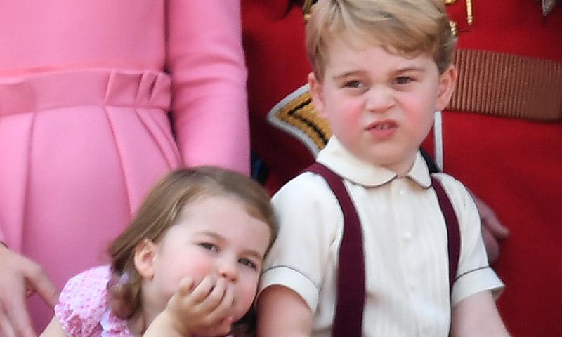 La espontaneidad del príncipe George y la princesa Charlotte en el balcón del Palacio de Buckingham
