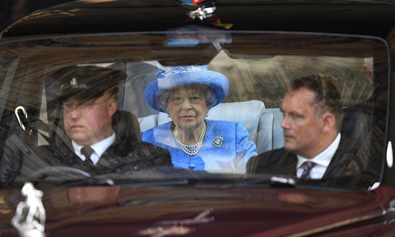 Un particular informa a la policía de que la reina Isabel no lleva el cinturón de seguridad