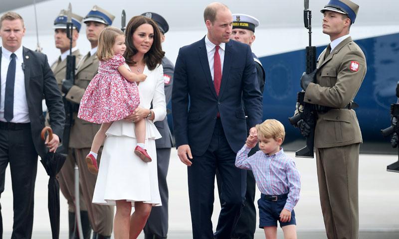 Los príncipes George y Charlotte acaparan todos los 'flashes' en su segundo viaje oficial