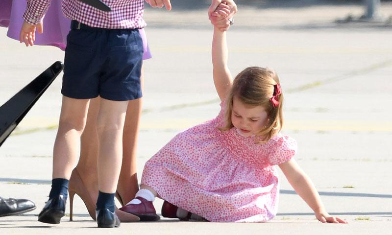 Las lágrimas de la princesa Charlotte tras su caída en el aeropuerto de Hamburgo