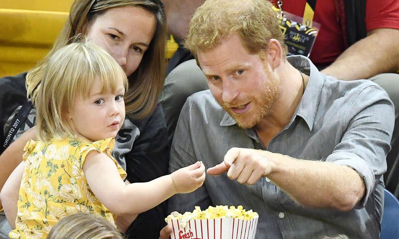 ¿Le robarías las palomitas al príncipe Harry? ¡Sí! No te pierdas la secuencia