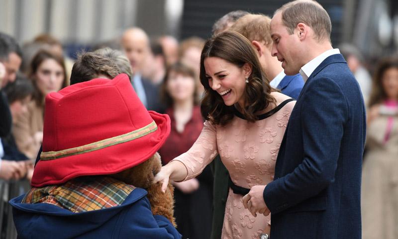 ¡Nadie se resiste al osito Paddington! La Duquesa de Cambridge aparece por sorpresa y bailando