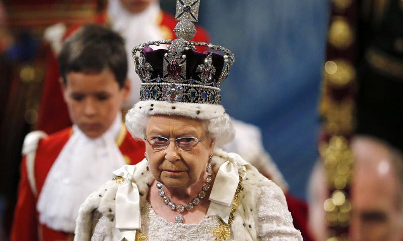 La Reina de Inglaterra explica con humor los peligros de llevar una corona