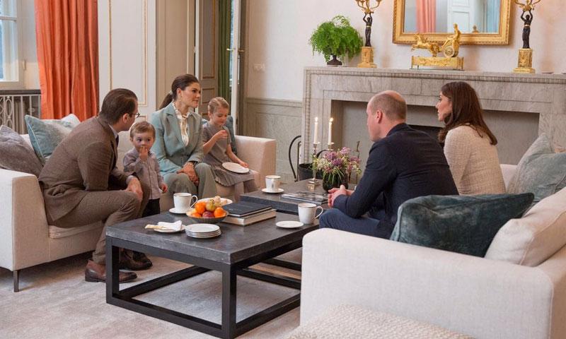 Los pequeños príncipes Estelle y Oscar reciben a los Duques de Cambridge para tomar el té