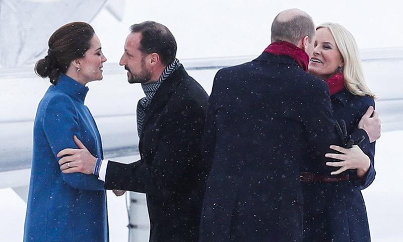 El aterrizaje, pasado por nieve, de los Duques de Cambridge en Oslo