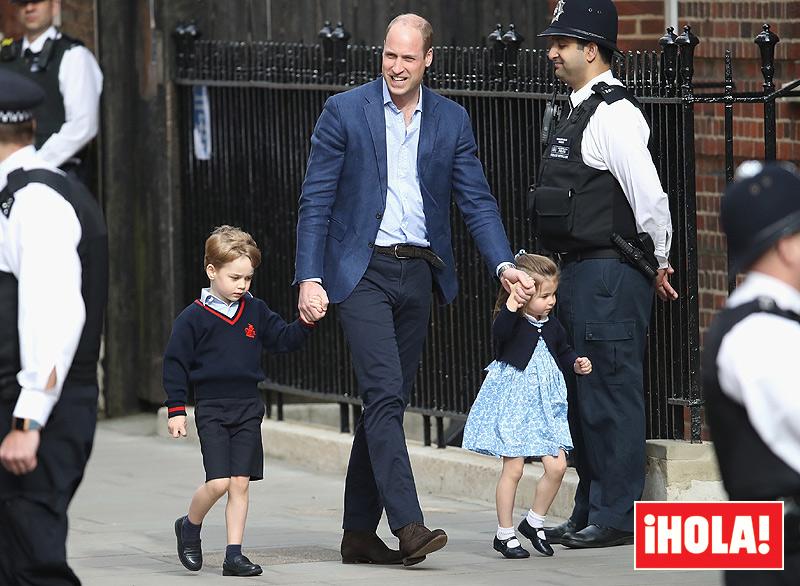 Entrada al hospital del Príncipe Guillermo con sus dos hijos