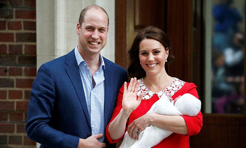 Los Duques de Cambridge presentan a su tercer hijo solo siete horas después de nacer