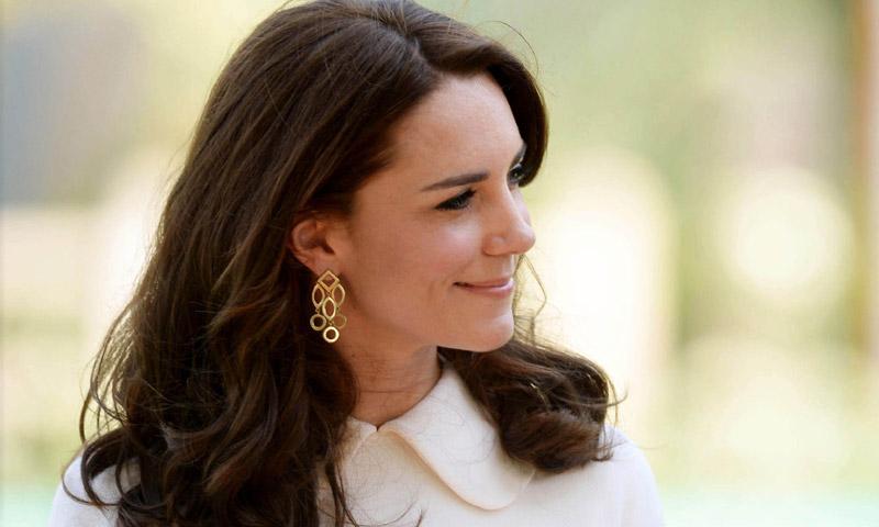 La diseñadora favorita de la Duquesa de Cambridge habla de sus críticas al vestido de novia de la Duquesa de Sussex