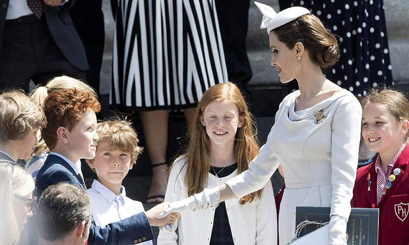 Isabel II, ausente de última hora por enfermedad del acto en el que Angelina Jolie acaparó todas las miradas