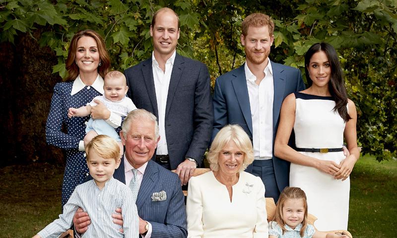Los nuevos retratos oficiales de Carlos de Inglaterra con su familia por su 70 cumpleaños