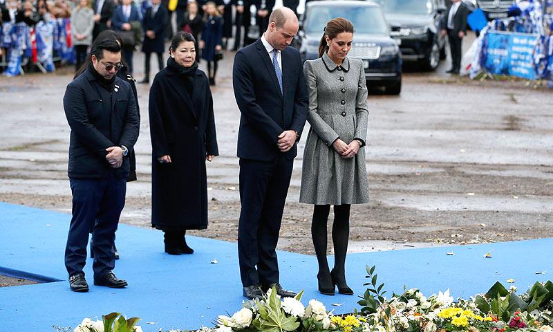 FOTOGALERÍA: Sentido homenaje de los Duques de Cambridge al fallecido presidente del Leicester