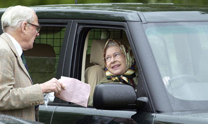 ¿Por qué Isabel II no tiene (ni necesita) carnet de conducir?