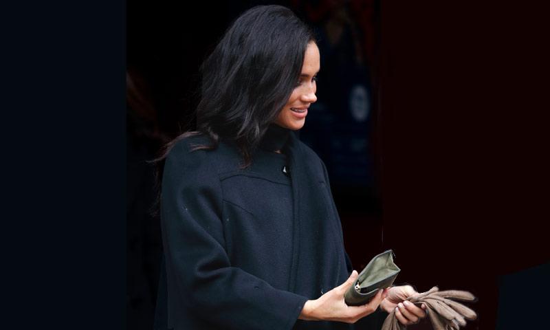 ¿Por qué la Duquesa de Sussex lleva siempre los guantes en la mano… pero nunca puestos?