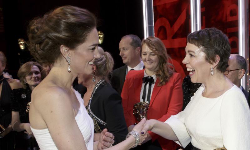 El emocionante encuentro de la duquesa de Cambridge y la 'reina Ana de Inglaterra' en los BAFTA