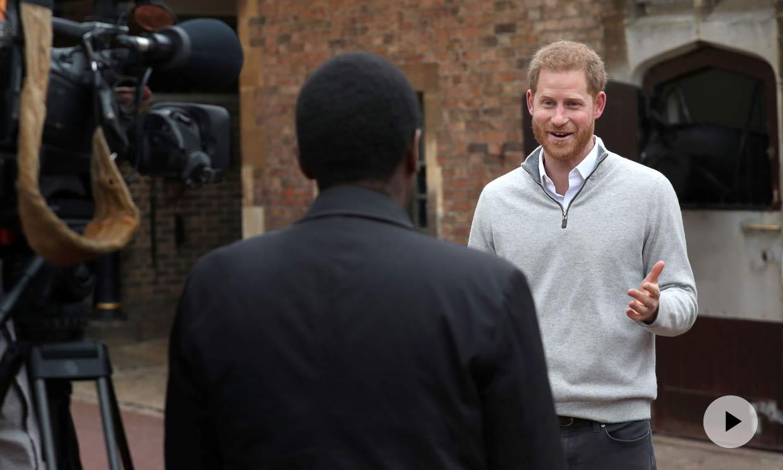 Los inesperados acompañantes del príncipe Harry en su comparecencia ante los medios