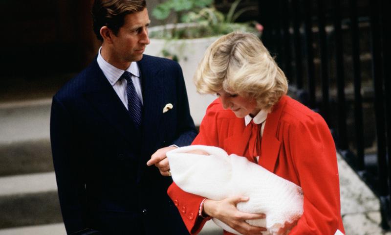 La imagen del príncipe Harry en brazos de Diana de Gales que dio la vuelta al mundo