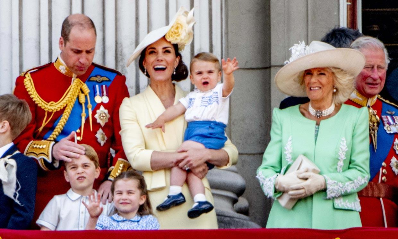 Carantoñas y diversión en el balcón: los niños de Cambridge, maravillados con el desfile