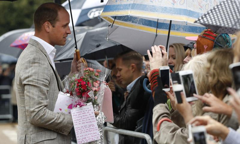 El duque de Cambridge irrumpe por sorpresa en el homenaje a Diana de Gales