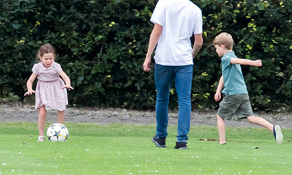 Resultado de imagen para principes george y charlotte jugando futbol