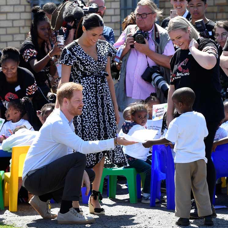 Baile y abrazos adorables para recibir a los duques de Sussex en África