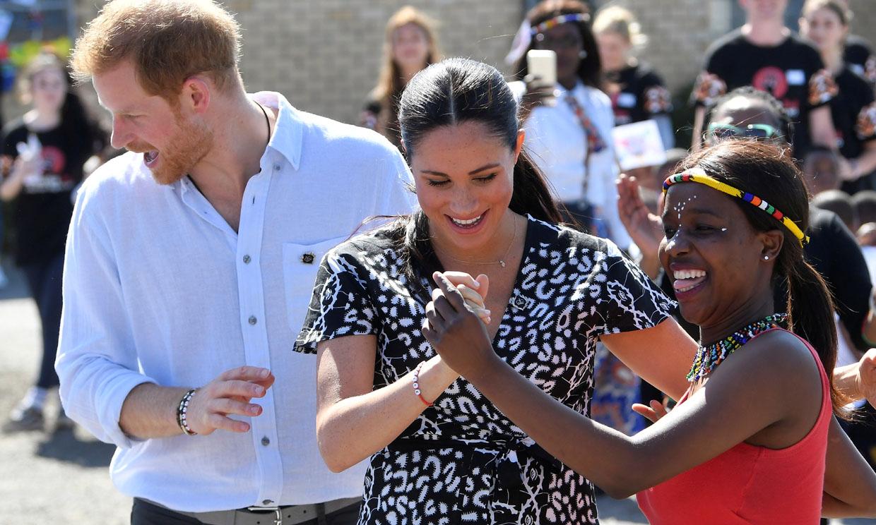 ¡A bailar! El ritmo de Meghan Markle y el príncipe Harry a su llegada a Sudáfrica