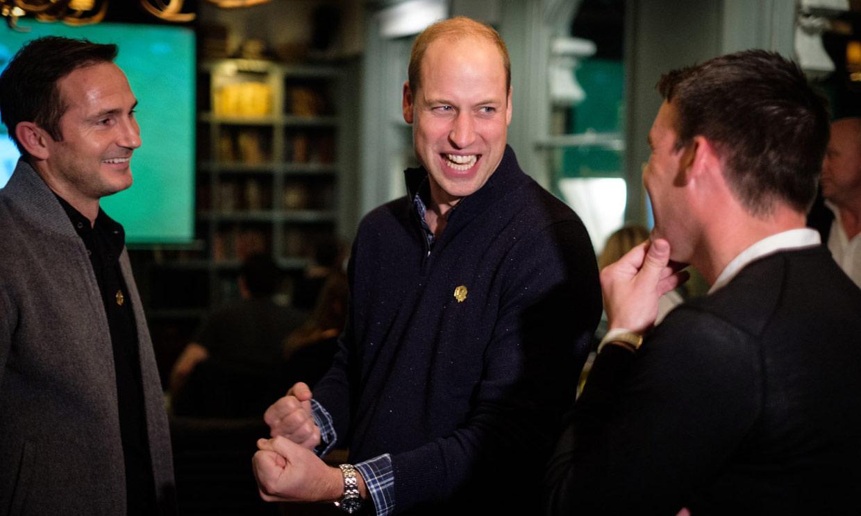 ¡Como un inglés más! El duque de Cambridge ve el fútbol en un pub