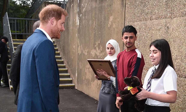 Así recibe el príncipe Harry un regalo para Archie de una persona muy especial