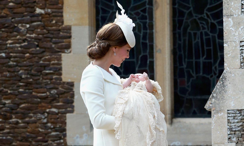 Té y agua fría, el truco del faldón de cristianar de la Familia Real británica