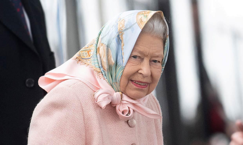 Pañuelo en ristre y viaje en tren: Isabel II ya está de vacaciones de Navidd