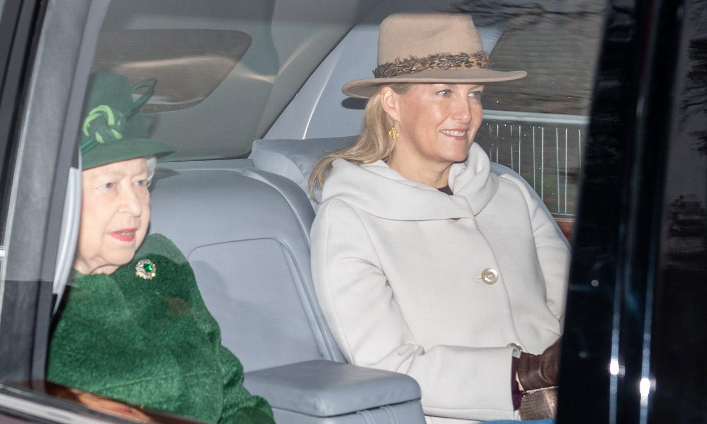 La reina Isabel II va a misa mientras el Duque de Edimburgo sigue hospitalizado