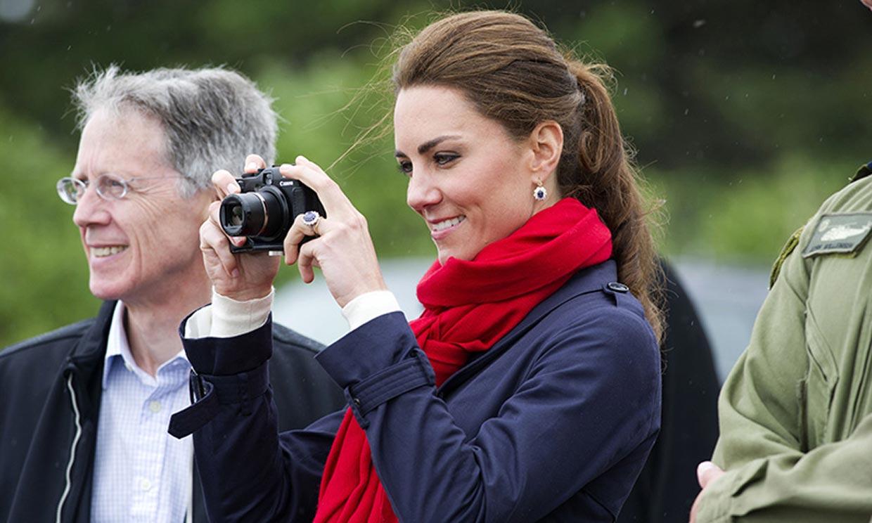 Tras la cámara: Kate Middleton fotografía a los supervivientes del Holocausto