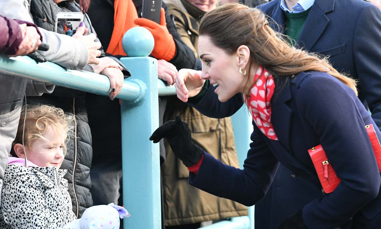 ¿Por qué Kate Middleton suele llevar su bolso en el brazo izquierdo?