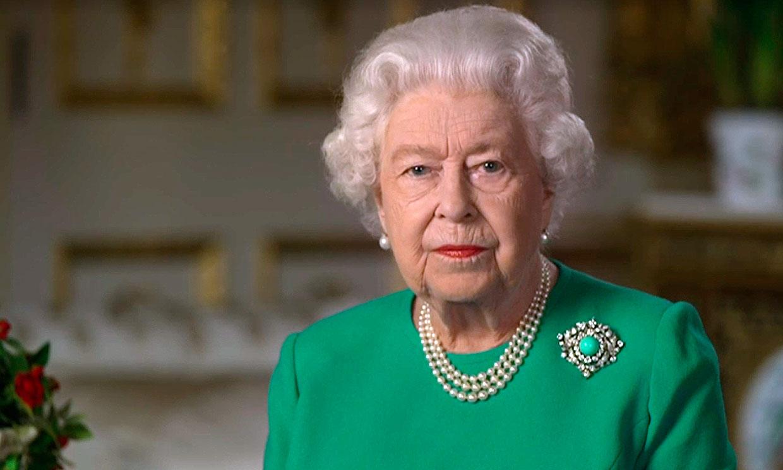 El color de la esperanza y un broche con historia: los detalles del discurso histórico de Isabel II