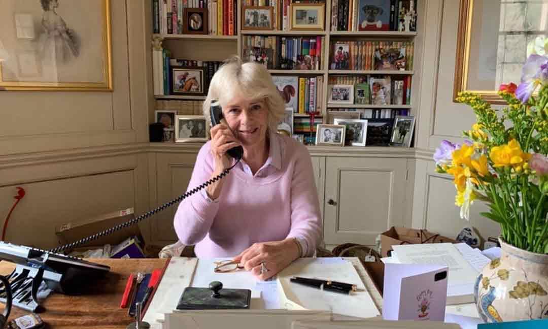 ¿Ves las figuritas de papel de la Familia Real? El despacho de Camilla de Cornualles, al detalle