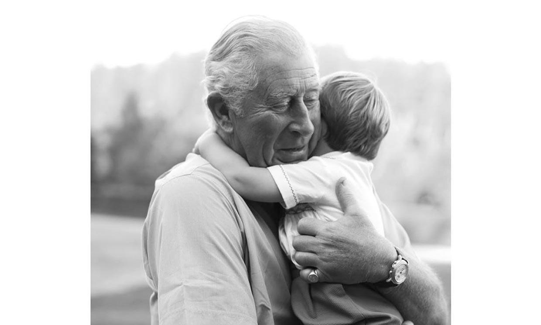 El príncipe Carlos abraza en la distancia a su nieto Louis por su cumpleaños