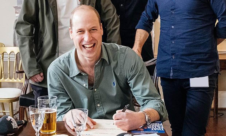 Con unas pintas de cerveza y en su salón: la nueva monarquía que encarna el príncipe Guillermo plasmada en este vídeo
