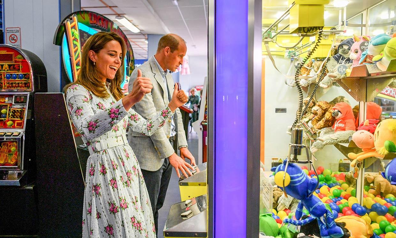 Los duques de Cambridge 'compiten' entre risas en los recreativos, ¿a quién se le da mejor?