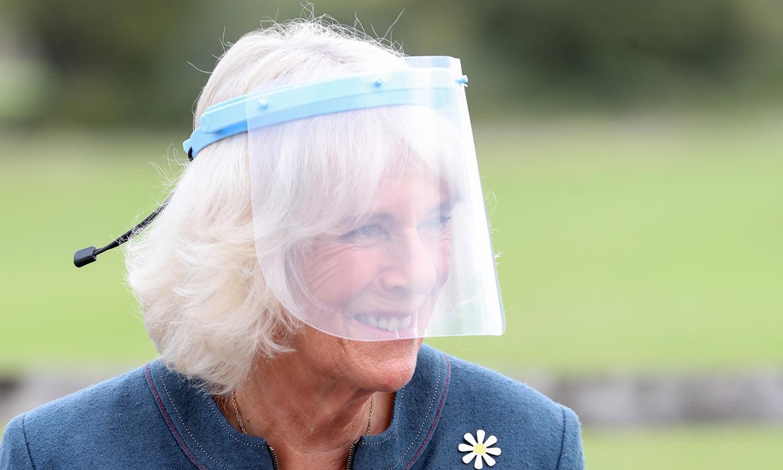 La duquesa de Cornualles cambia la mascarilla por la pantalla protectora para que la vean sonreír